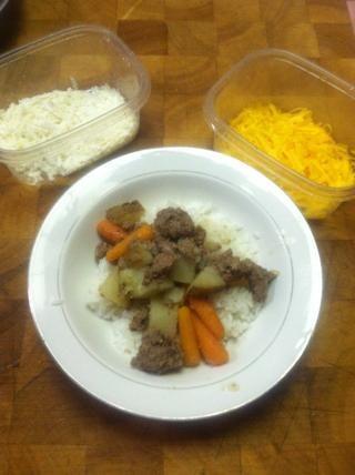 Arriba el arroz con el guiso y cualquier tipo de queso o lo que sea.