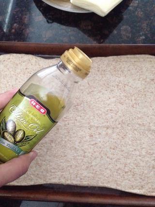 Rocíe 1 cucharada de aceite de oliva sobre la masa.