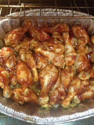 Agregue la mezcla al pollo con una cuchara o un cepillo de barbacoa.