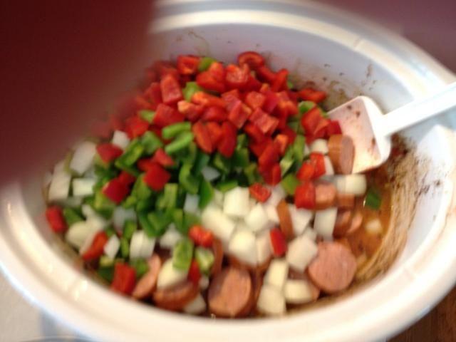 Añadir en pimientos, cebolla y salchichas.