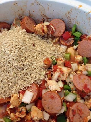 Añadir 1 1/2 tazas de arroz y media taza de agua. He utilizado el arroz integral, pero el arroz blanco es lo que se utiliza normalmente.