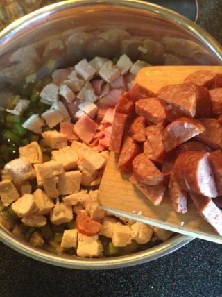 Añadir el jamón, pollo, salchichas a la olla.