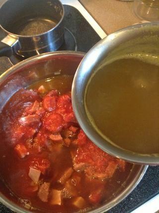 Añadir el caldo de carne y el caldo de pollo.