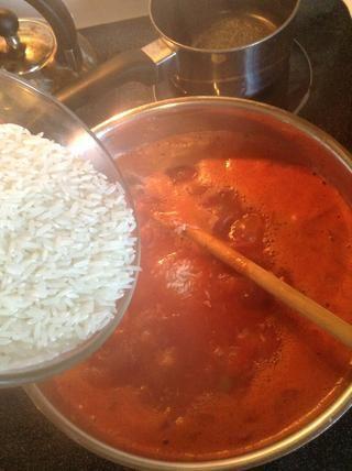 Cuando hierva, añadir el arroz.