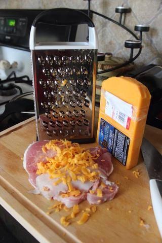 Cortar la costilla de cerdo en un medio como forma de mariposa, don't break into 2 pieces. Insert ham or turkey meat and cheese.
