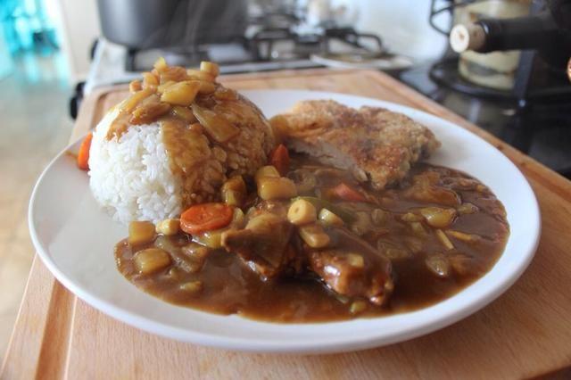Hecho en casa de curry japonés comida rápida está hecho!