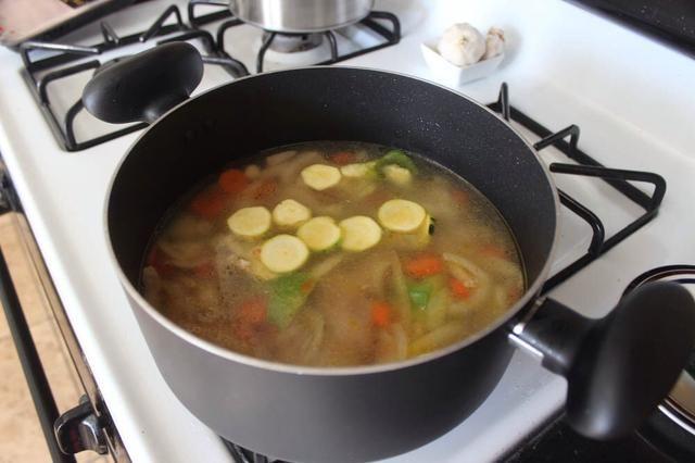 Añadir 4-5 tazas (1000 ml-1200 ml, 40 fl. Oz) de agua y llevar a ebullición. Cocine a fuego lento o medio unos 15 minutos, o hasta que estén tiernos. 1200ml para 4 porción, trate de no poner demasiada agua.
