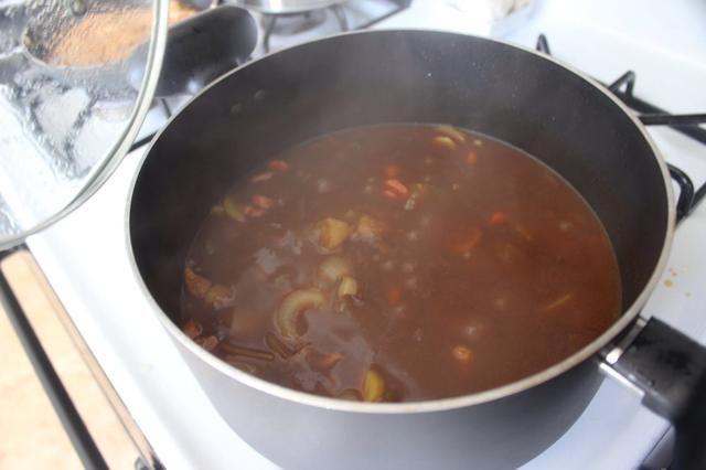 Retírelo del calor. Rompe mezcla de salsa de curry 6 en trozos y añadir a la cazuela.