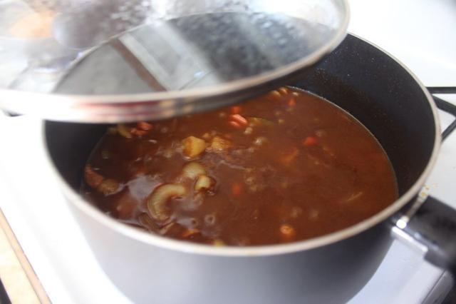Cocine a fuego lento hasta que espese al curry. Sirva sobre arroz o pasta cocida.