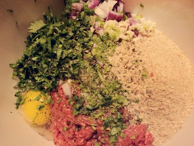Mezclar la carne picada, los huevos, la cebolla, el ajo, el cilantro picado, el pan rallado, la ralladura de limón, jugo de limón y el jugo de limón. Sazone con sal y pimienta y mezclar bien.