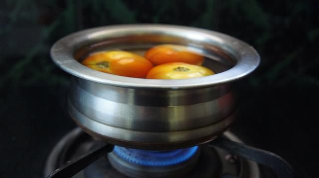 Tomar 3 tomates medianos, 1 de puré y otros 2 para picar. Hervir durante 2-3 minutos.