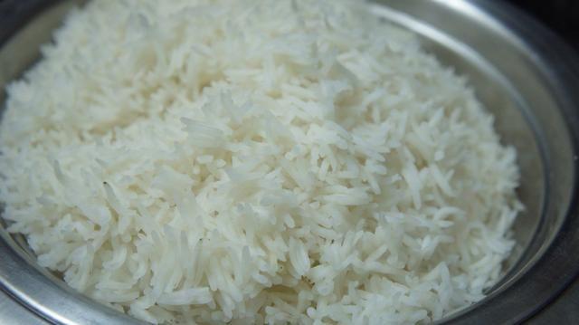 Ahora toma el medio arroz hervido y drenarlo ... Espolvorear un poco de agua fría en él de otra manera os arroz se romperá ..