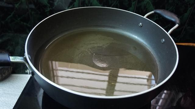 Tome una gran sartén y calentar el aceite vegetal.