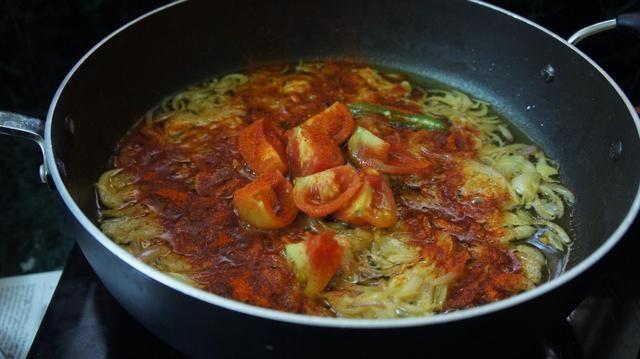 A continuación, añadir el tomate pelado, polvo de chile rojo, sal y mezcla en polvo ..