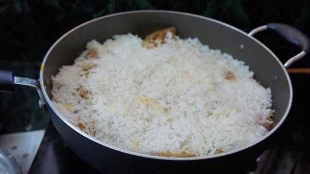 Luego se agrega el medio hervida arroz basmati en la parte superior de la mezcla de ...
