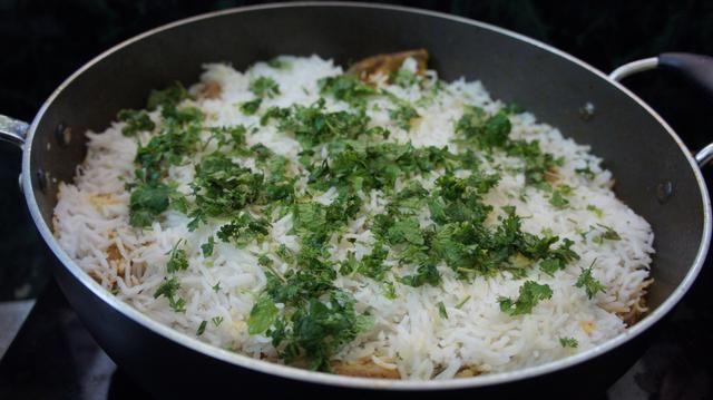 Después de 5-10 minutos a poner un poco de hierbas picadas como hojas de menta y hojas de cilantro ...