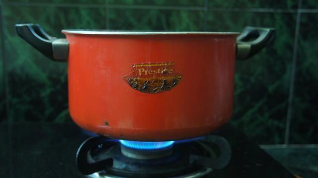 Ahora hervir la carne en fuego alto durante 2 minutos y luego a fuego lento durante una hora.