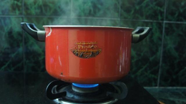 Cocine por unos cuantos más minutos en fuego lento hasta que el reloj hace tictac de una hora.