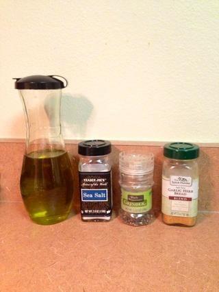 Añadir el aceite, y sus condimentos de elección. Recomiendo The Spice Hunter - hierba ajo pan y la sal y la pimienta. Mezclar todo bien hasta que recubre totalmente con aceite, y se alcanza el condimento deseado.