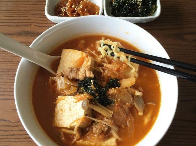 Cómo cocinar Kimchi Jjigae (Kimchi fideos) Receta