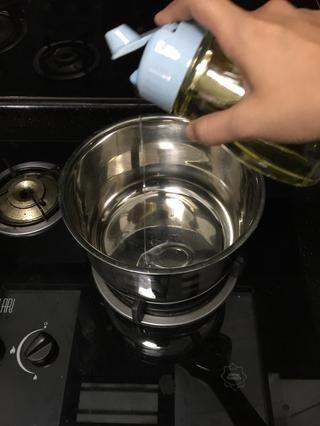 Rocíe poco de aceite en su olla de sopa.