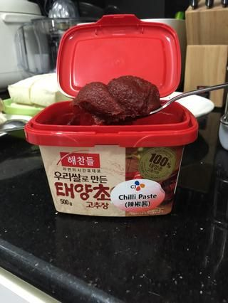 Añadir una cucharada de pasta de chile de Corea (gochujang). Pruebe y ajuste de acuerdo a sus preferencias picante.