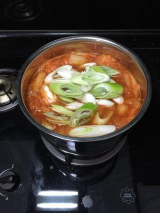 Una vez que estás bien con el sabor sopa, añadir los puerros y se deja hervir durante 5 minutos o hasta que se ablande. Depende de lo suave que te gusta.