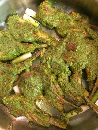 En una cacerola baja a fuego medio, agregue 1/4 taza de aceite de oliva el ajo, las cebollas verdes y las chuletas de cordero marinadas. Dorar ambos lados durante unos 3-5 minutos.