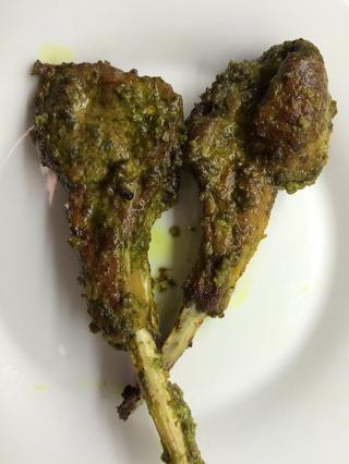 En un horno precalentado a 375 grados F, mantenga la bandeja de poca altura para las chuletas a hornear durante unos 25-30 minutos. La carne debe caer en el hueso una vez hecho. Servir como aperitivo.
