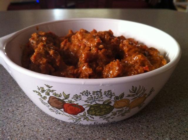Adorne con las cebollas fritas para dulzor añadido y hojas de cilantro para la frescura. Disfrute de este con naan recién horneado o paratha escamosa.