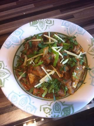 Adorne con los chiles verdes, corriander y rebanadas finamente cortados de jengibre