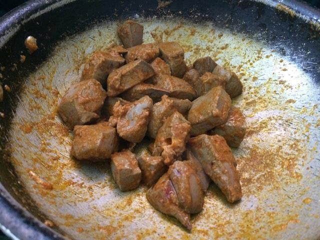 Revuelva para que los ingredientes no se pegue a la sartén.