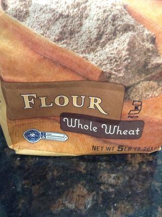 Añadir 1 taza de harina de trigo entero a la masa, mezclar en bajo hasta que estén bien mezclados.