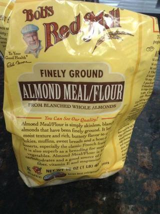 Añadir 1 taza de harina de la almendra a la mejor mezcla y otra vez, mezclar hasta que se incorpore.