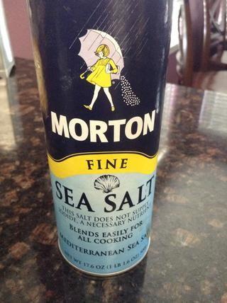 Añadir sal marina 1 // cucharadita y mezclar en la masa.