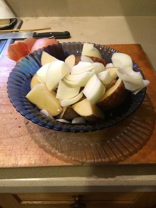Picar las verduras en trozos grandes, mientras que el cordero es Browning.