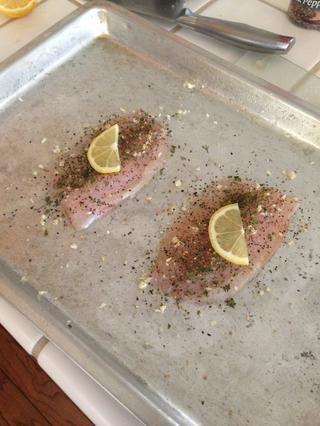 Salpimentar los filetes de manera uniforme con la mitad de los ajos que picado, pimienta de limón, pimienta negro supuesto, el perejil, y añadió un medio de una rebanada delgada de limón. * cuidado con la cantidad de pimienta pones