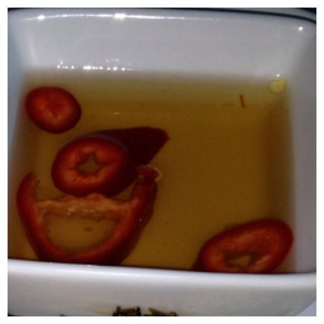 Prepare el HDSauce combinando el agua, el azúcar y la miel en un cazo y calentar a fuego medio. Revuelva hasta que el azúcar se disuelve. Vierta en un bol, añadir el pimiento rojo triturado.
