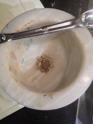 Semilla de apio Grind y semillas de hinojo, mientras sudando chalota y el ajo con med-fuego lento.