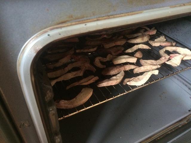 Coloque la bandeja en el horno. La idea aquí es para secar el hígado. Ello's cooked already so if you or your dog is hungry, eat some :-)