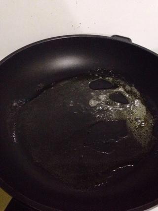 Derrita la mantequilla en una sartén antiadherente