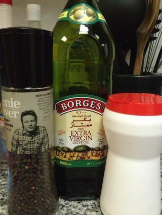 Pimienta, sal y aceite de oliva