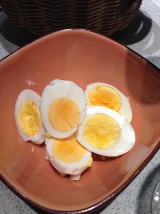 Hervir los huevos, pelar y cortar en medio. Poner a un lado.