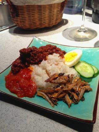 Servir el arroz cocido con carne rendang y añadir condimentos en un plato. Nota: sambal chile (pasta roja con la cebolla en rodajas) receta se proporcionará por separado después de esto.