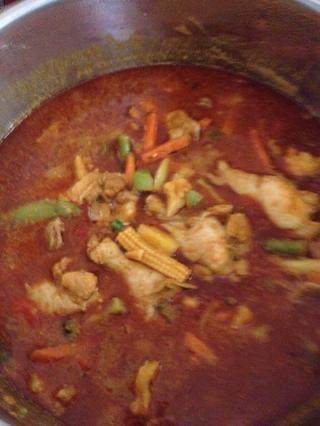Voila! Añadir la salsa de soja para el curry y remover de manera uniforme y que ya está listo. Servir con arroz basmati cocido. Buen provecho