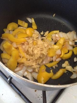 A continuación, añadir el jengibre y cocine por un minuto más.