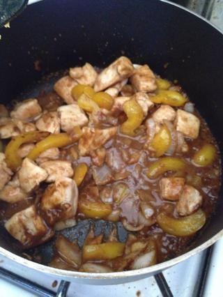 Agregue la mezcla de caldo de pollo y la pechuga de pollo cocida. Cocine hasta que la salsa haya espesado.
