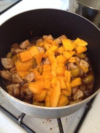 Caída de mango y cocine hasta que el mango se calienta a través.