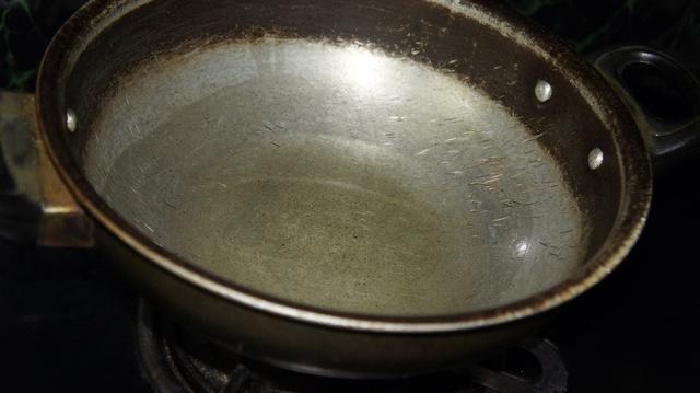 Tomar una sartén y calentar el aceite