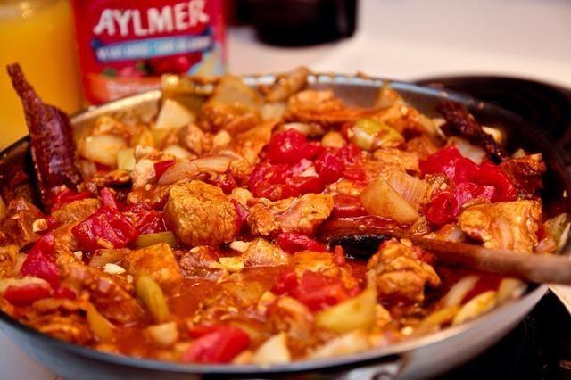 Añadir los tomates y criar a ebullición, luego reducir a fuego lento. Cocer durante unos 5-10 minutos como este para espesar la salsa de tomate.